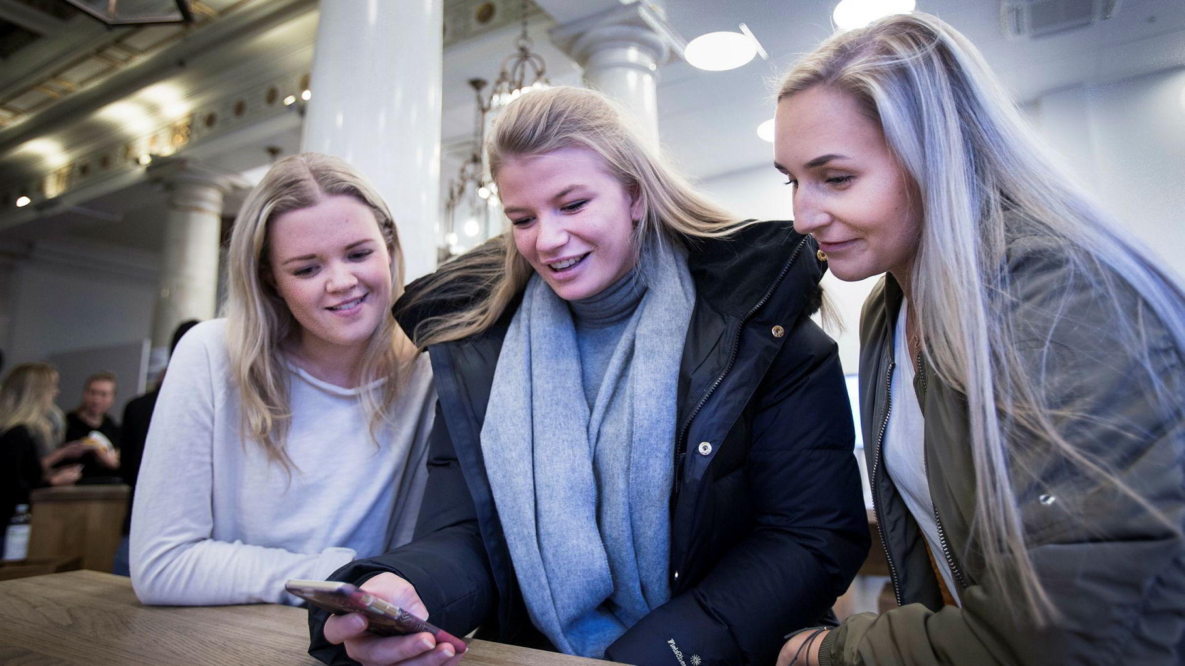 Julie Roe (21) (fra venstre), Victoria Syvertsen (19) og Eline Thøring (21) ved Høyskolen Kristiania har brukt mobilappene Tise og Shpock til å selge brukte klær, sko og vesker.