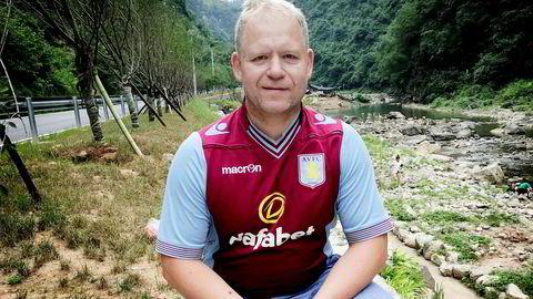 Aksjeentusiast Egil Meihack bruker ikke bare tid og penger på aksjer og pensjonssparing, men også på favorittlaget Aston Villa og reising. Her er han på sommerferie i Kina.