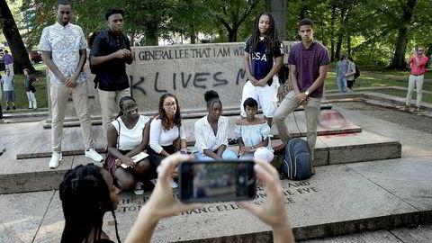 En gruppe studenter poserer foran plassen der statuen som var dedikert til generalene Robert E. Lee og Thomas «Stonewall» Jackson sto. Baltimore by fjernet fire statuer av sørstatsgeneraler over natten. I opptøyene i Charlottesville i etterkant ble en kvinne drept av en høyreekstrem.
