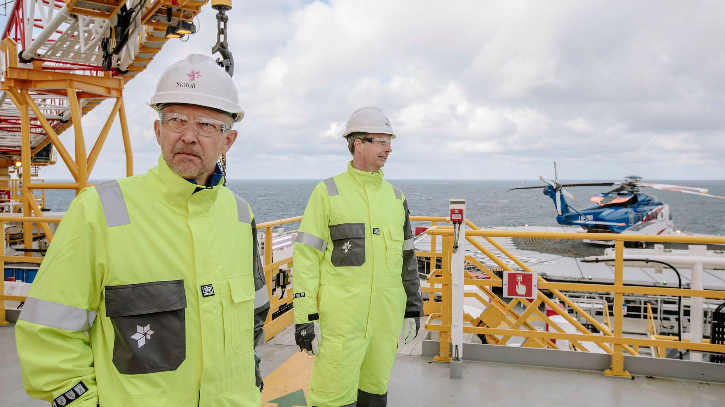 Letesjef i Statoil Tim Dodson og Olje- og energiminister Terje Søviknes på boreriggen Songa Enabler, som skal bore fem letebrønner for Statoil i Barentshavet i år.
