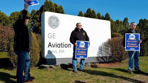 Ansatte ved GE Aviation Plant i Lynn, Massachusetts protesterer mot at General Electric til sammen kutter 12.600 jobber som følge av koronakrisen.
