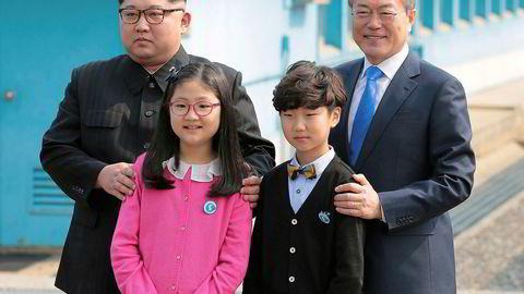 Nord-Koreas president Kim Jong-un og den sørkoreanske presidenten Moon Jae-in har innledet et historisk møte. Her poserer de sammen med to barn etter at Kim nettopp har krysset grensen til Sør-Korea som første Nord-Koreanske leder siden 1953.