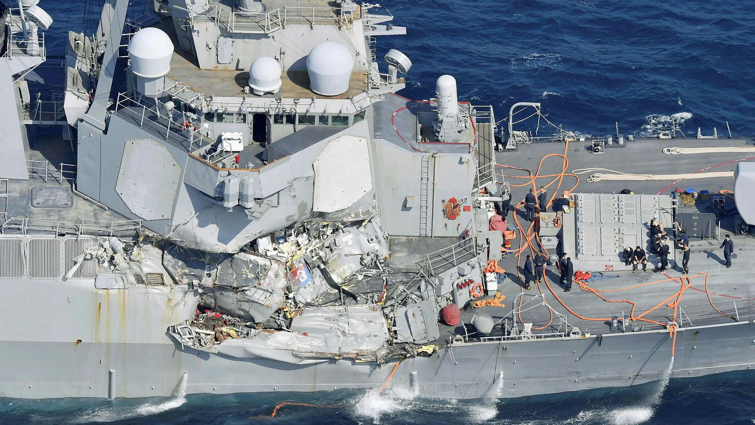 Tydeligere bilde av skadene på USS Fitzgeralds styrbord side.