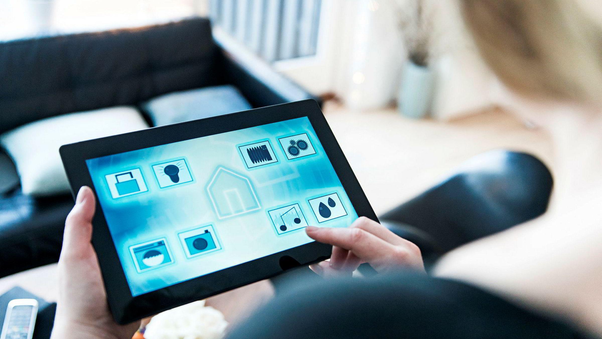 En lang rekke av tjenestetilbydere har sett på fremtidens smartbyer som gullgruver. De har belaget seg på et kjempemarked for avanserte energi-, trygghets- og omsorgstjenester. Her vises en rekke apper som kan brukes til å styre vaskemaskinen, dørlåsen, overvåkningskamera med mere.