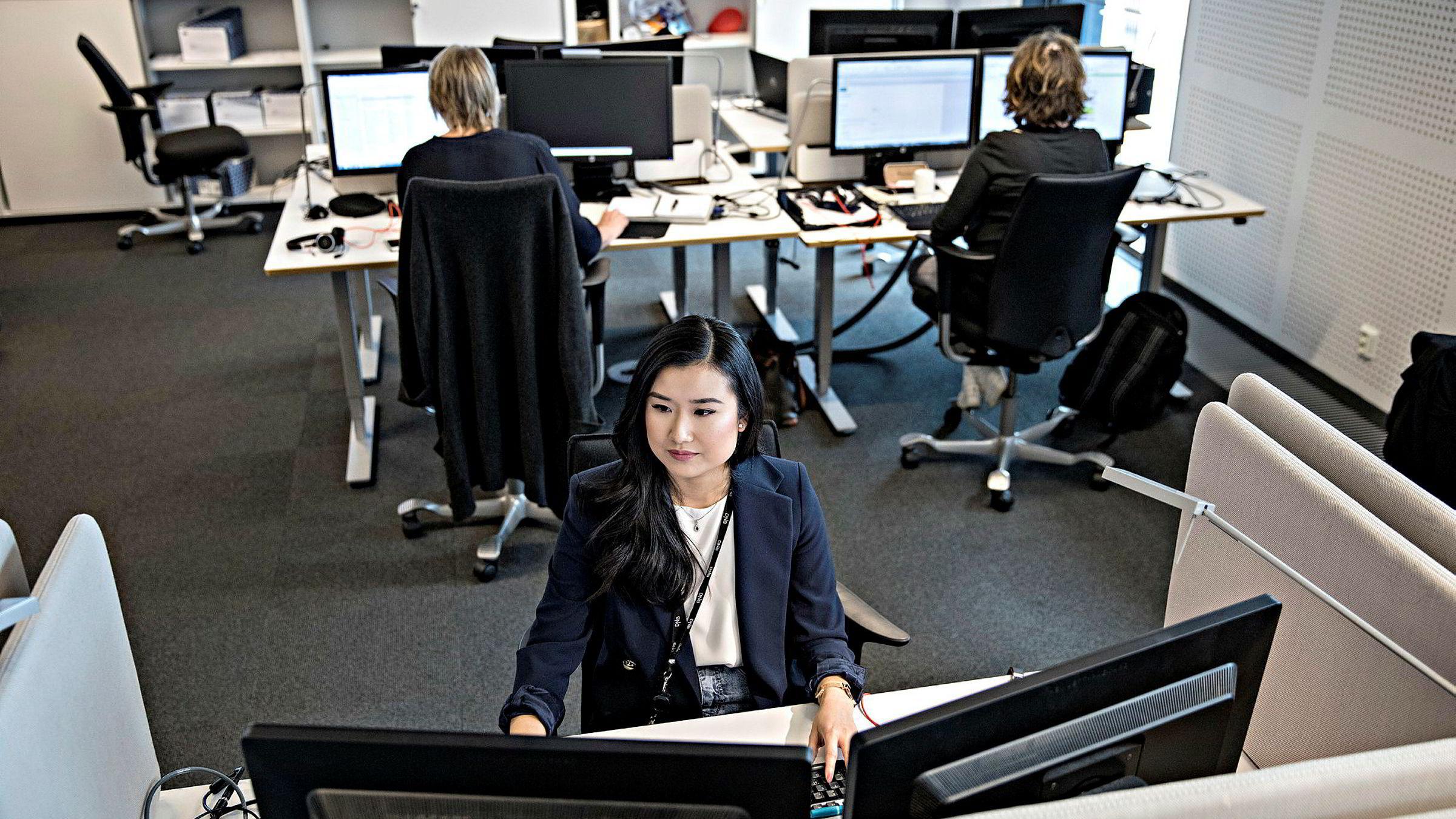 Prosjektmedarbeider Cathy Tran i DNB jobber med å kontrollere kundeinformasjonen til bankens bedriftskunder.