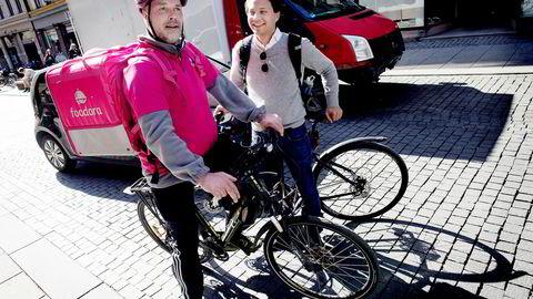 Roar Groseth sykler ut mat for Foodora, her med Carl Tengberg, norgessjef i Foodora.