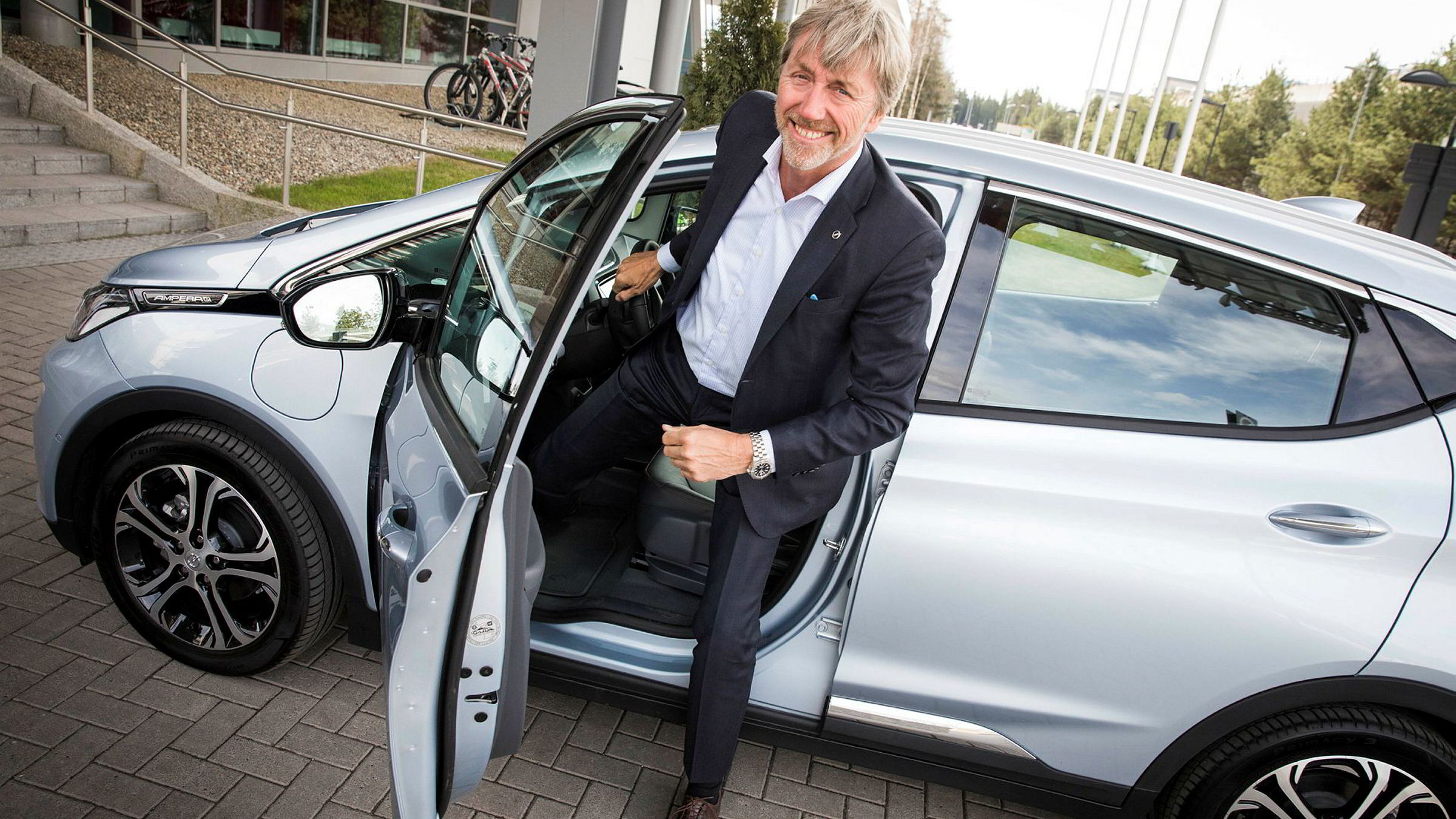 Adminstrerende direktør Bernt G. Jessen i Opel Norge ved deres elektriske bil Ampera-e.
