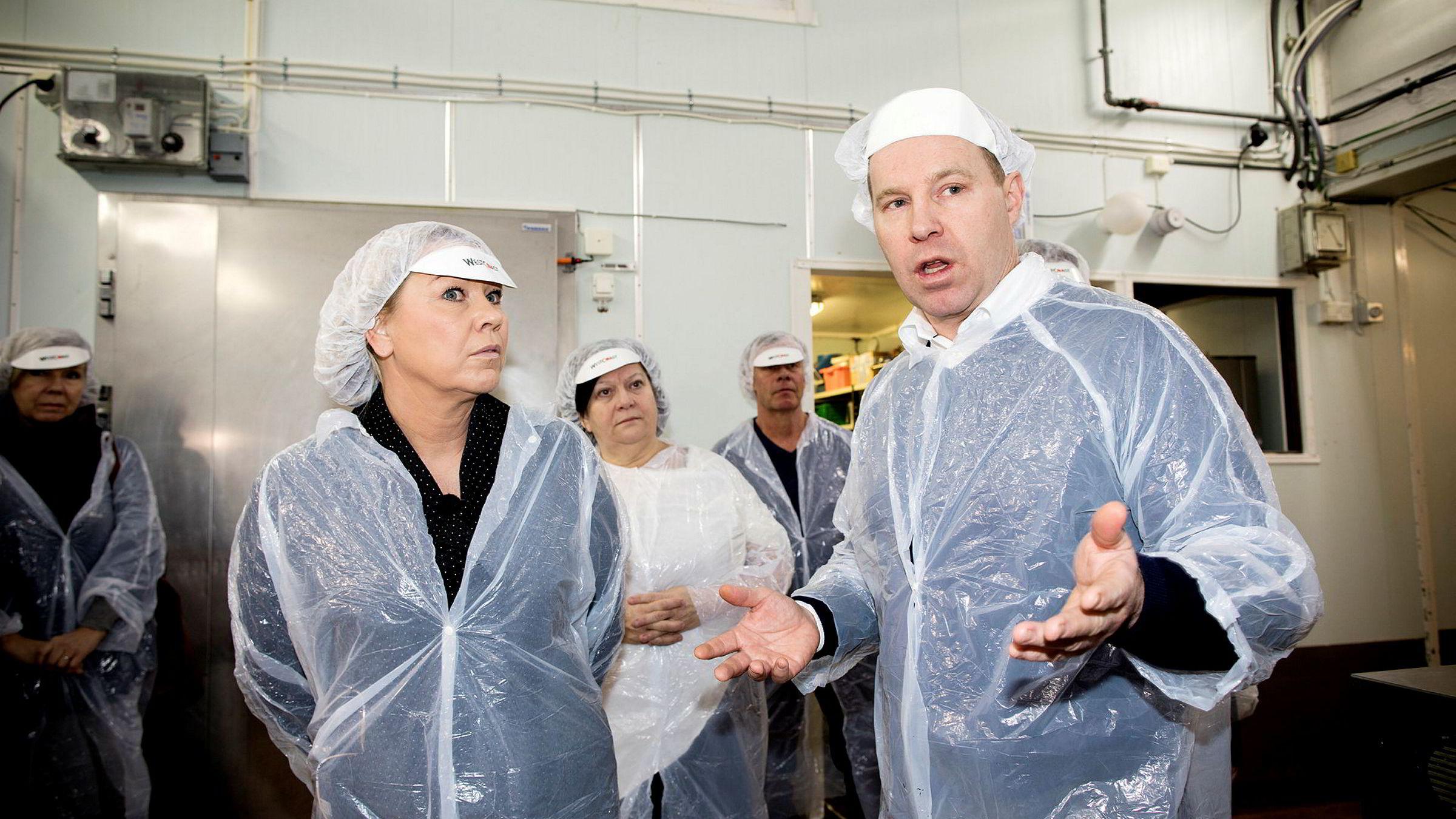 – Det må drastiske tiltak til for å bedre konkurransen i dagligvarebransjen, sier Godtlevert-gründer Kjetil Graver til næringsminister Monica Mæland under besøket hos Ferdigmat i Arendal torsdag.