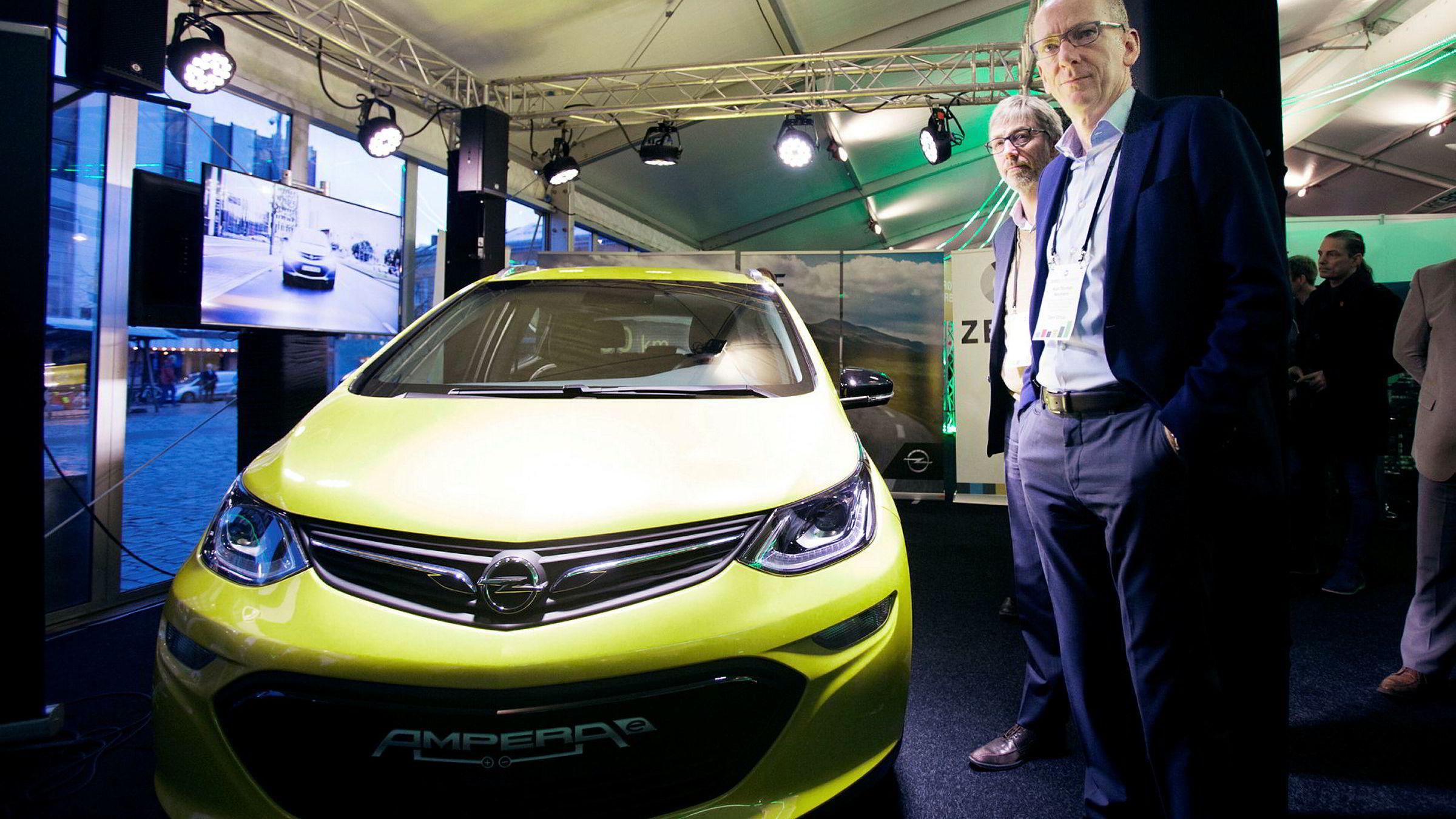 Opels toppsjef Karl-Thomas Neumann og Bernt G. Jessen, sjef i Opel Norge, presenterte Ampera-e, Opel nye elbil, under årets Zero-konferanse.