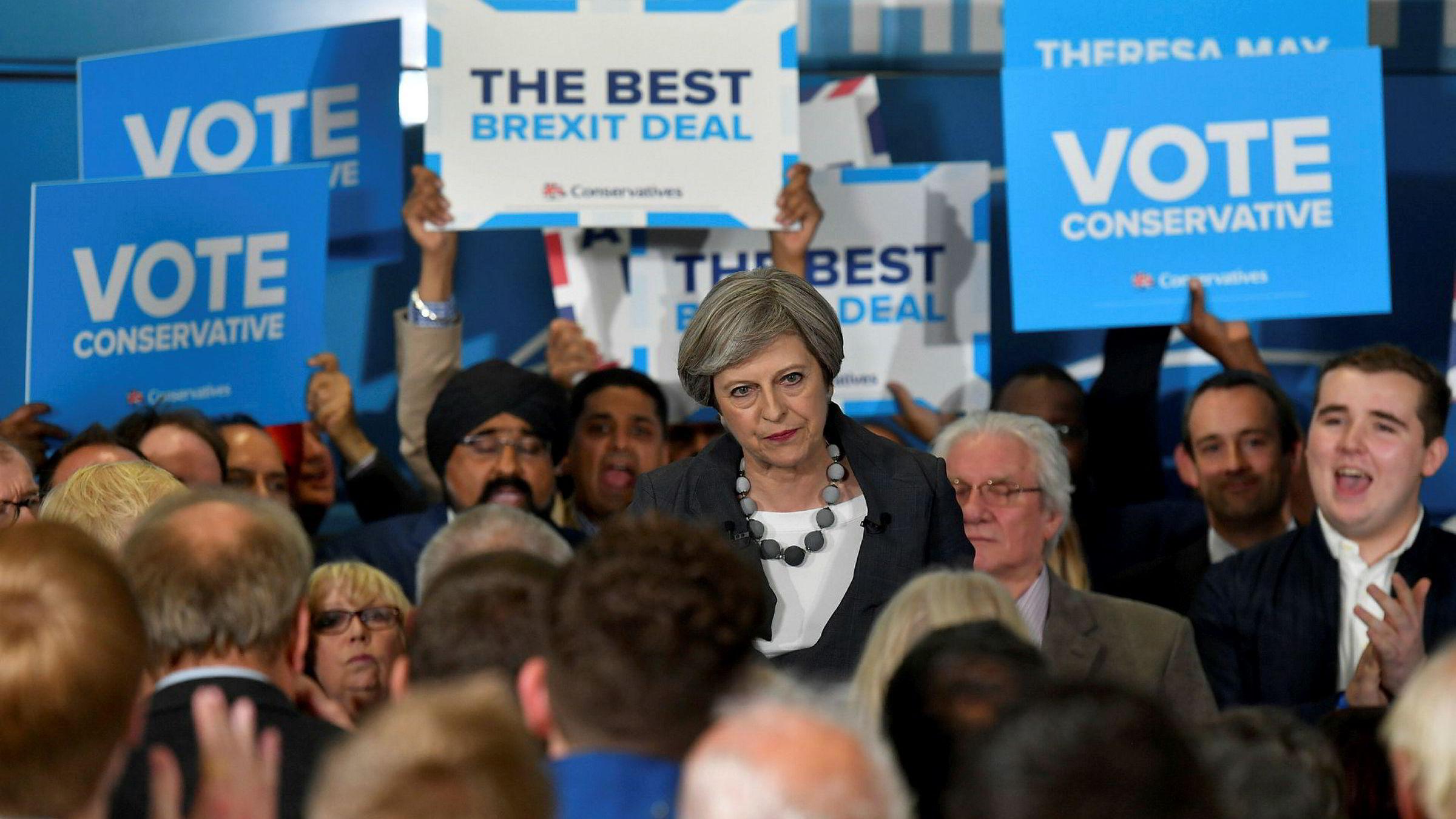 Det går mot et svært spennende valg i Storbritannia. Statsminister Theresa May (bildet) drev tirsdag valgkamp i Slough i sørøst-England.