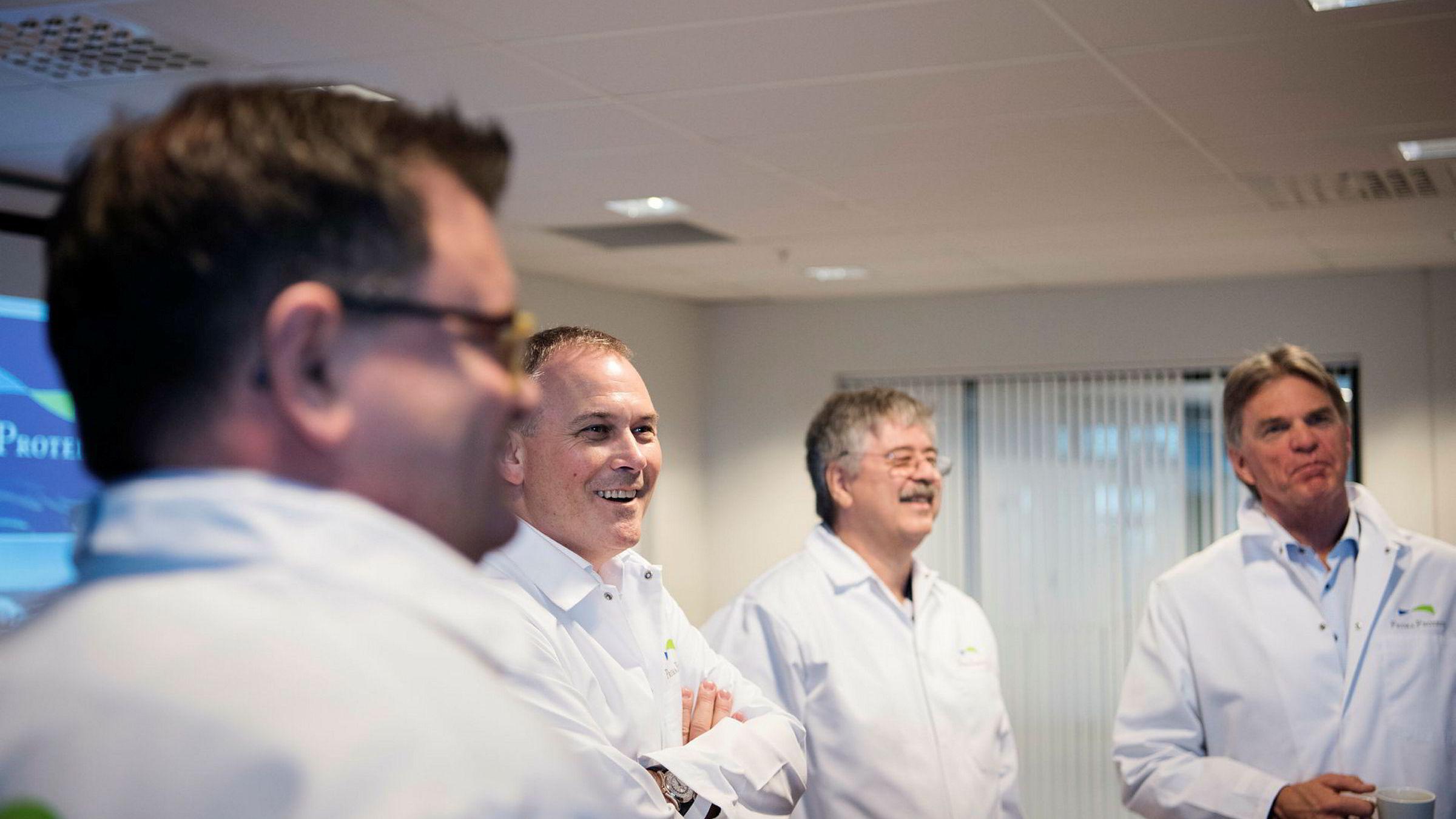 Jakob Hatteland og Anbjørn Øglend (i midten) går sammen om å bygge en ny fabrikk til 300 millioner kroner i Egersund. Her sammen med finansdirektør i Prima Jæren Espen Bratten (til venstre) og Ola Bekken, administrerende direktør i Felleskjøpet Rogaland Agder.