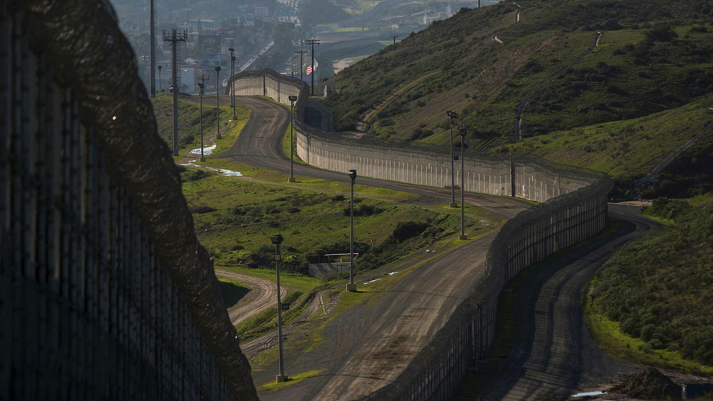 I San Ysidro i California står det tett i tett med stålvegger, gjerder, piggtråd og andre barrikader. Donald Trump har gitt ordre om å starte byggingen av en grensemur mellom USA og Mexico.