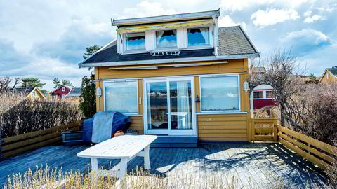 Den vestvendte Nakholmen-hytta har blant annet to soverom, baderom, tørrklosett og en kjeller med lav takhøyde.