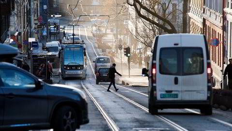 Oslos trikkespor blir for smale for de nye trikkene. Her fra Thereses gate mellom Bislett og Adamstuen hvor skinnene må sideforskyves for testkjøring av nye trikkene vinteren 2019/2020.