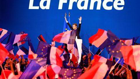 Emmanuel Macron hilser sine tilhengere etter at valgresultatet er klart.