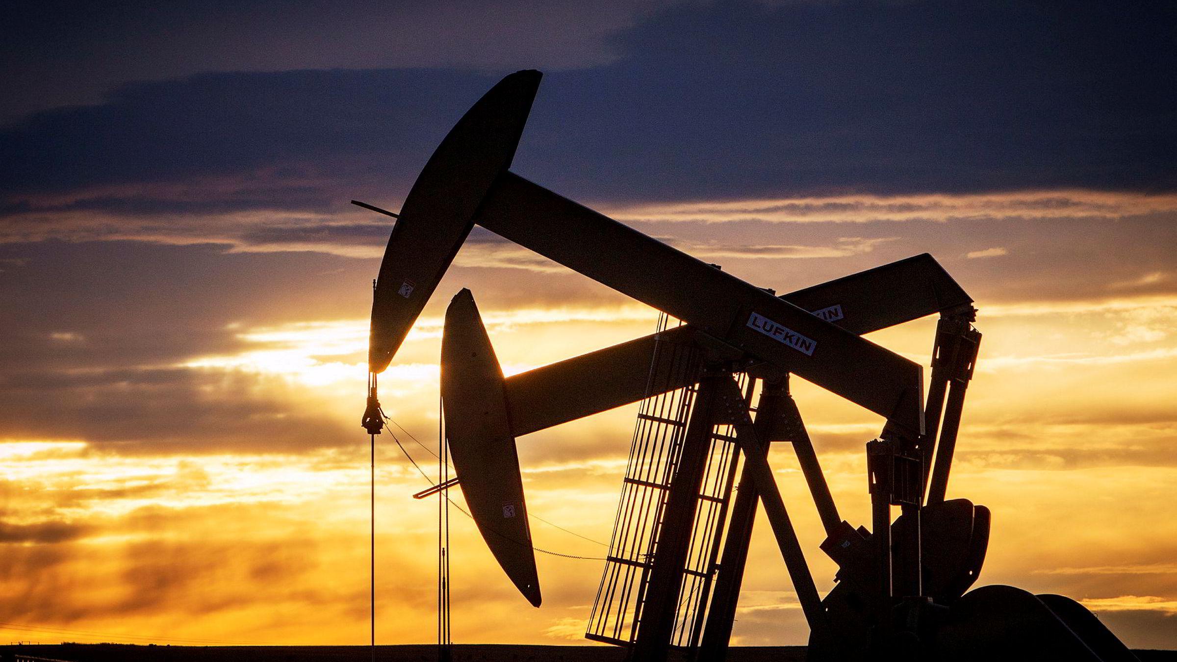 To nikkepumper i aksjon på en av de utallige oljebrønnene i Bakken-feltet i USA.