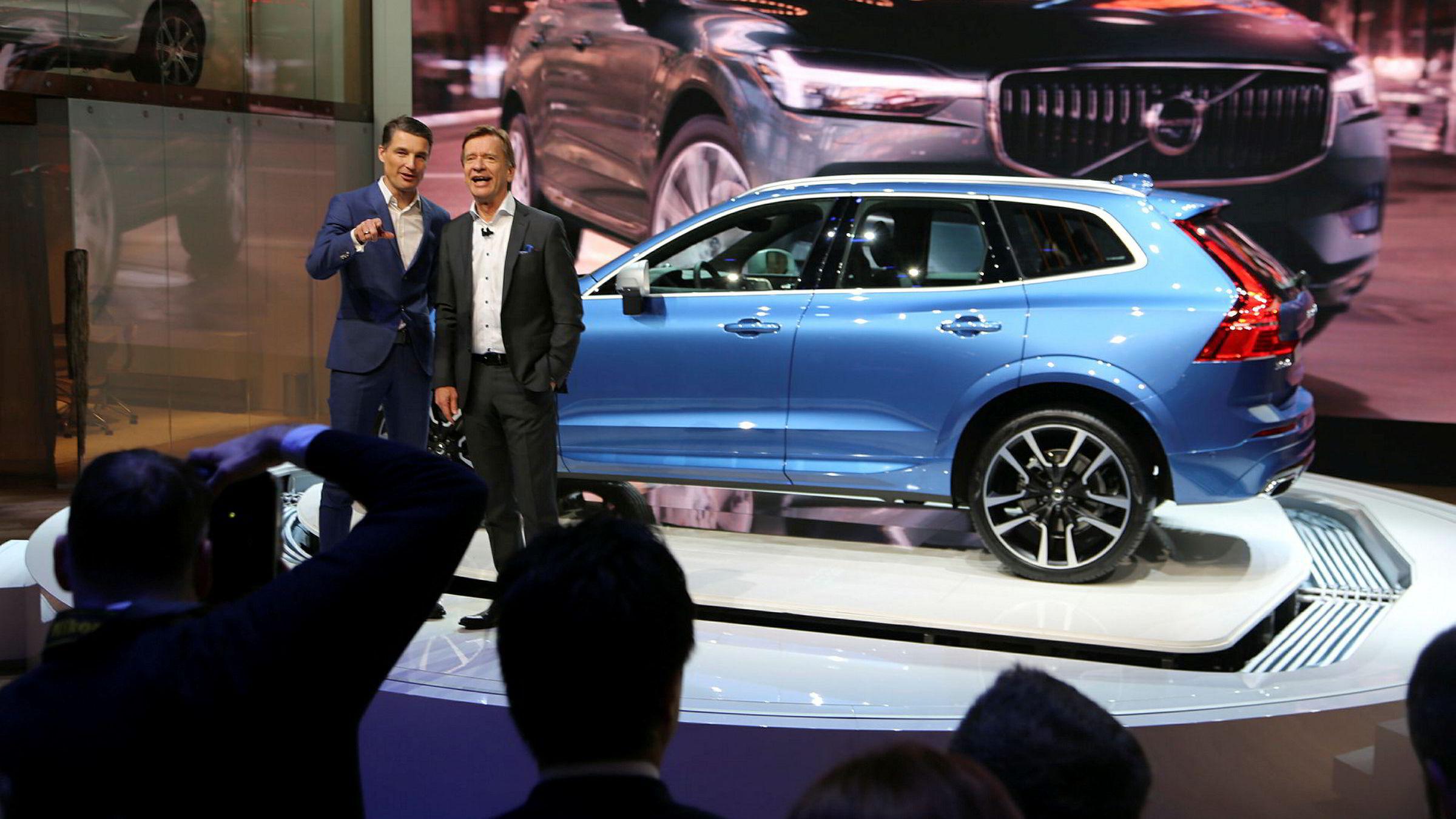 Sjefdesigner Thomas Ingenlath (til venstre) og toppsjef Håkan Samuelsson i Volvo presenterer nye XC60 på bilutstillingen i Genève. – For inntjeningen er dette en svært viktig modell for Volvo, sier Samuelsson.
