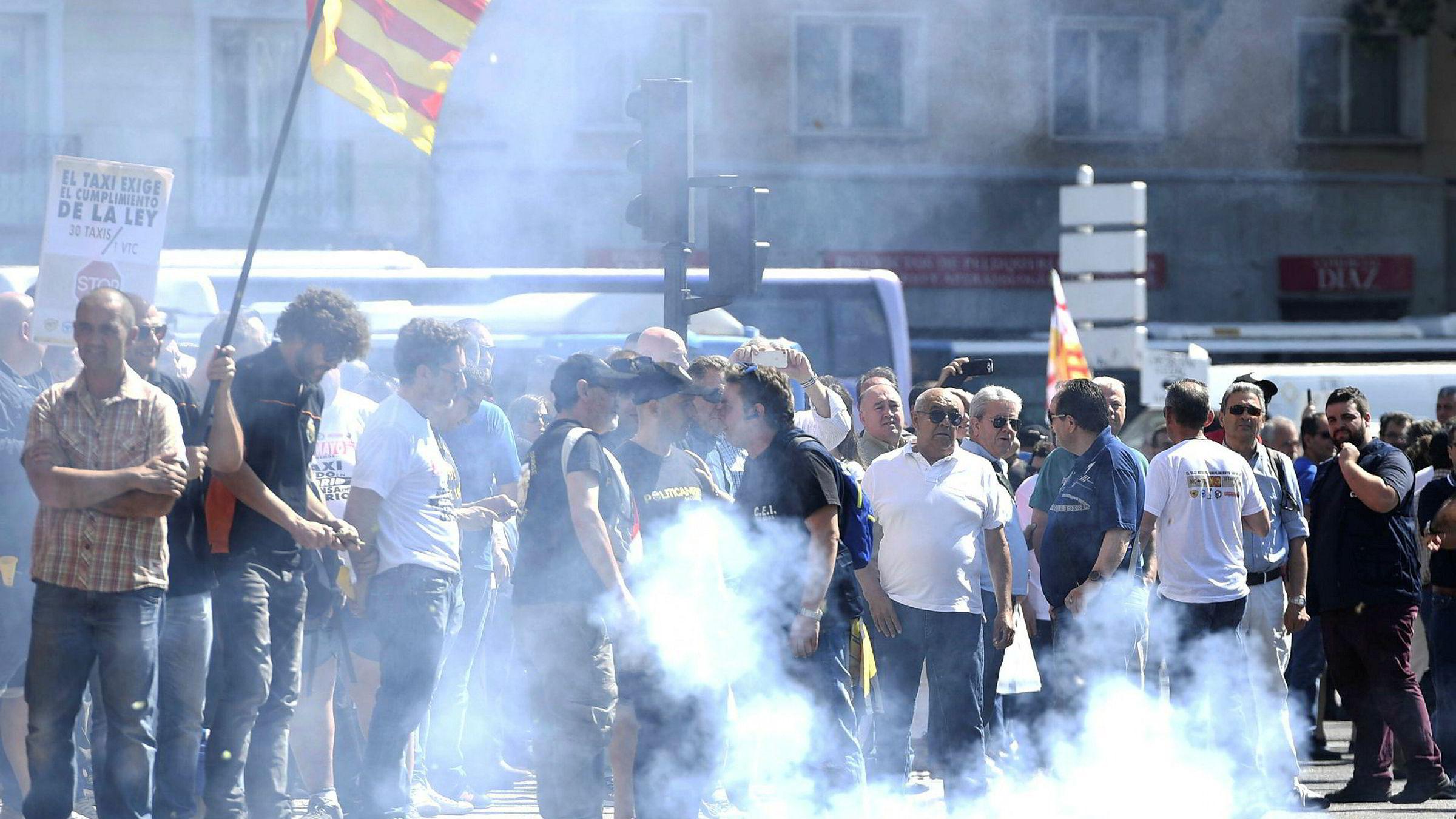 Spanske drosjesjåfører streiker mot private drosjeselskaper tirsdag, her ved Atocha togstasjon i Madrid.