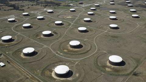 Oljelagre i den amerikanske byen Cushing, Oklahoma. De ukentlige tallene som viser hvorvidt amerikanske oljelagre har økt eller minsket har vist seg å kunne skape store bevegelser i oljeprisen.