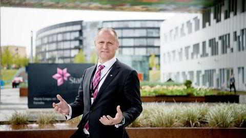Lars Christian Bacher lover at Statoils nye store prosjekter internasjonalt skal være lønnsomme med en oljepris helt nedi førti dollar fatet. Her foran kontoret på Fornebu.