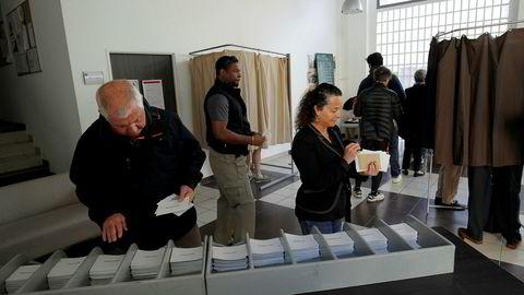 Franskmenn velger stemmesedler før de skal stemme i den første runden over hvem som blir Frankrikes neste president.