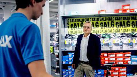 Gresvig-sjef Pål H. Rasmussen og flere andre sportskjeder gjør nå løpende vurderinger av om vintervarer skal selges ut på salg.