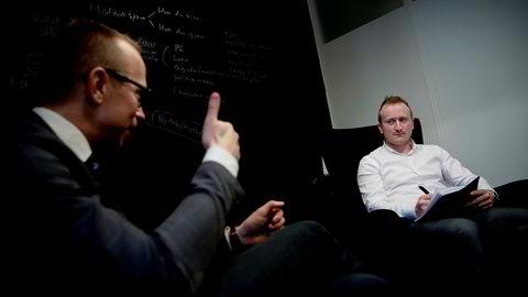 Karriererådgiver Sverre Haugen (t.v.) gir Georg Oftedal gode råd.