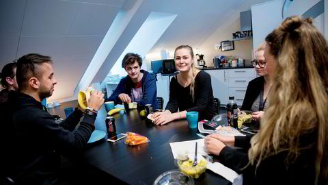 Ine Autzen (i midten) spiser lunsj med kollegene i gründerbedriften Vibbio. Etter tre måneder uten lønn, fikk hun fast, betalt jobb i bedriften. Fra venstre: Agri Soltan, Robert Ellefsrød, Ine Autzen, Tine Wold og Anette Drange.