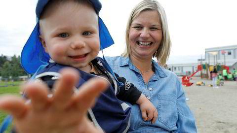 – Problemet skyldes åpenbart ikke arbeidsgiver. Jeg tror ingen menn er så uunnværlige i norsk arbeidsliv som de selv tror, sier Venstres Guri Melby om menn som tar kort fedrepermisjon. Her henter hun sønnen Eiliv (1,5 år) i Valle Hovin Idrettsbarnehage.