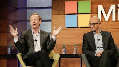 Microsoft-advokat Brad Smith (til venstre) legger deler av skylden for det omfattende dataangrepet på amerikanske myndigheter. Til høyre toppsjef Satya Nadella.