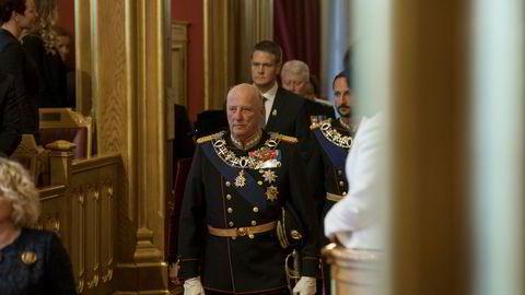 Kong Harald og kronprins Haakon på vei inn i stortingssalen under den høytidelige åpningen av Stortinget i høst. Nå skal Stortinget ta stilling til om kongehuset i sin pengebruk må skille bedre mellom offentlige oppgaver og privat virksomhet og eiendom.