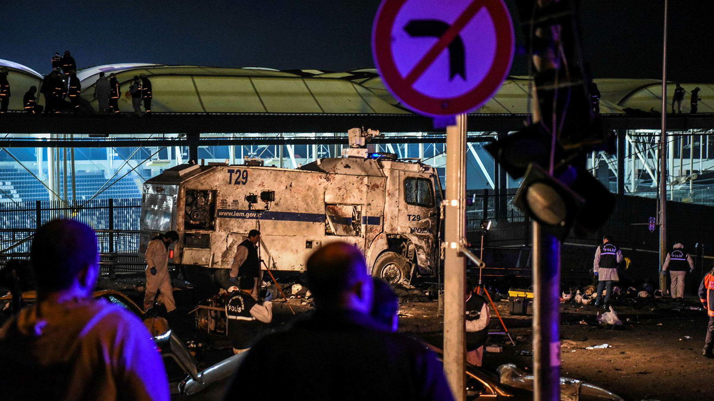 Krimteknikere arbeider på åstedet ved fotballarenaen til storklubben Besiktas, Vodafone Arena stadium. To bilbomber eksploderte i stadionområdet lørdag etter en større kamp.