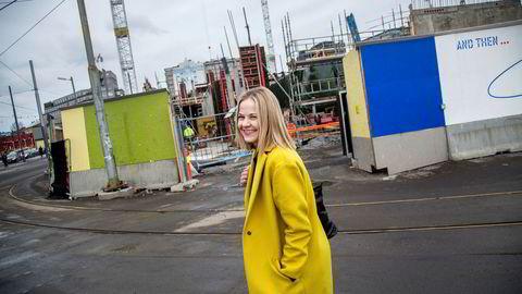 Nytilsatt direktør Karin Hindsbo foran byggeplassen der Nasjonalmuseet skal komme.