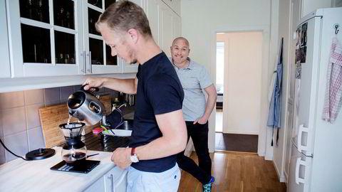 Øystein Holm-Haagensen (fra venstre) og Christian Pollock Fjellstad kjøpte leilighet sammen på St. Hanshaugen i Oslo.