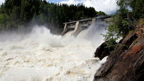 Norsk vannkraft har store behov for investeringer. Disse investeringene kan bare komme gjennom lønnsom drift, sier forfatteren. Her fra Kykkelsrud Fossumfoss mellom Askim og Øyeren.