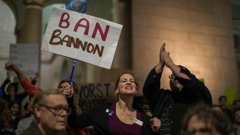Folk har demonstrert mot at Donald Trump har valgt Steve Bannon som sin nærmeste rådgiver.