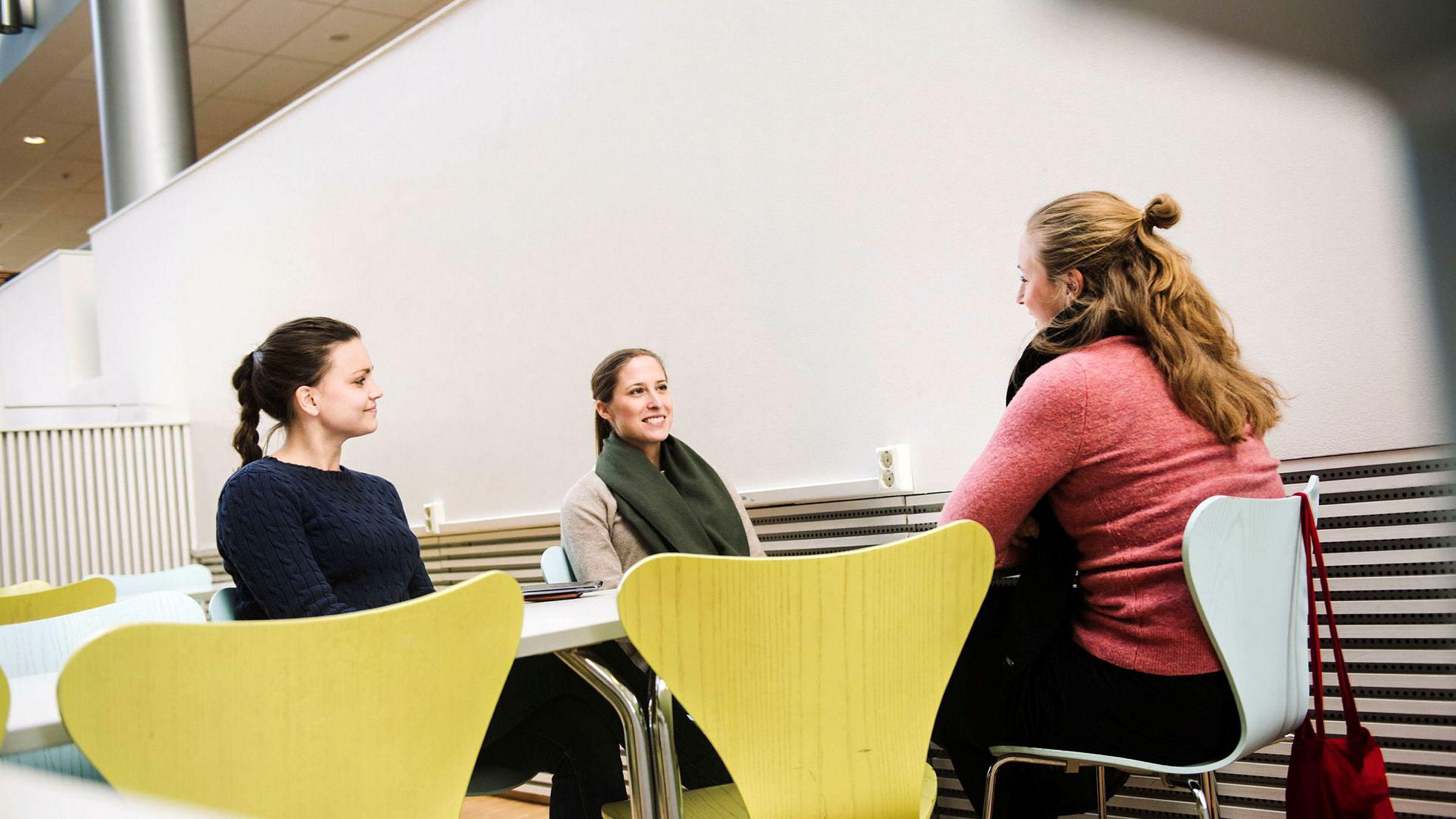 Gode karakterer førte til jobb kort tid etter studiene for både Guro Haug (fra venstre), Ida Østby-Deglum og Kaja Karoline Enger. De tidligere NHH-studentene tar nå en tilleggsmaster på BI. Selv om de ikke har «kontet» noen eksamener, synes de det er urettferdig at reglene for konteeksamener er ulike blant økonomistudenter.