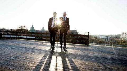 Øyvind Schanke (til høyre) går fra toppjobb i Oljefondet i London til å bli ny sjef i Skagenfondene. Her sammen med styreleder Henrik Lisæth på takterrassen i Stavanger sentrum.