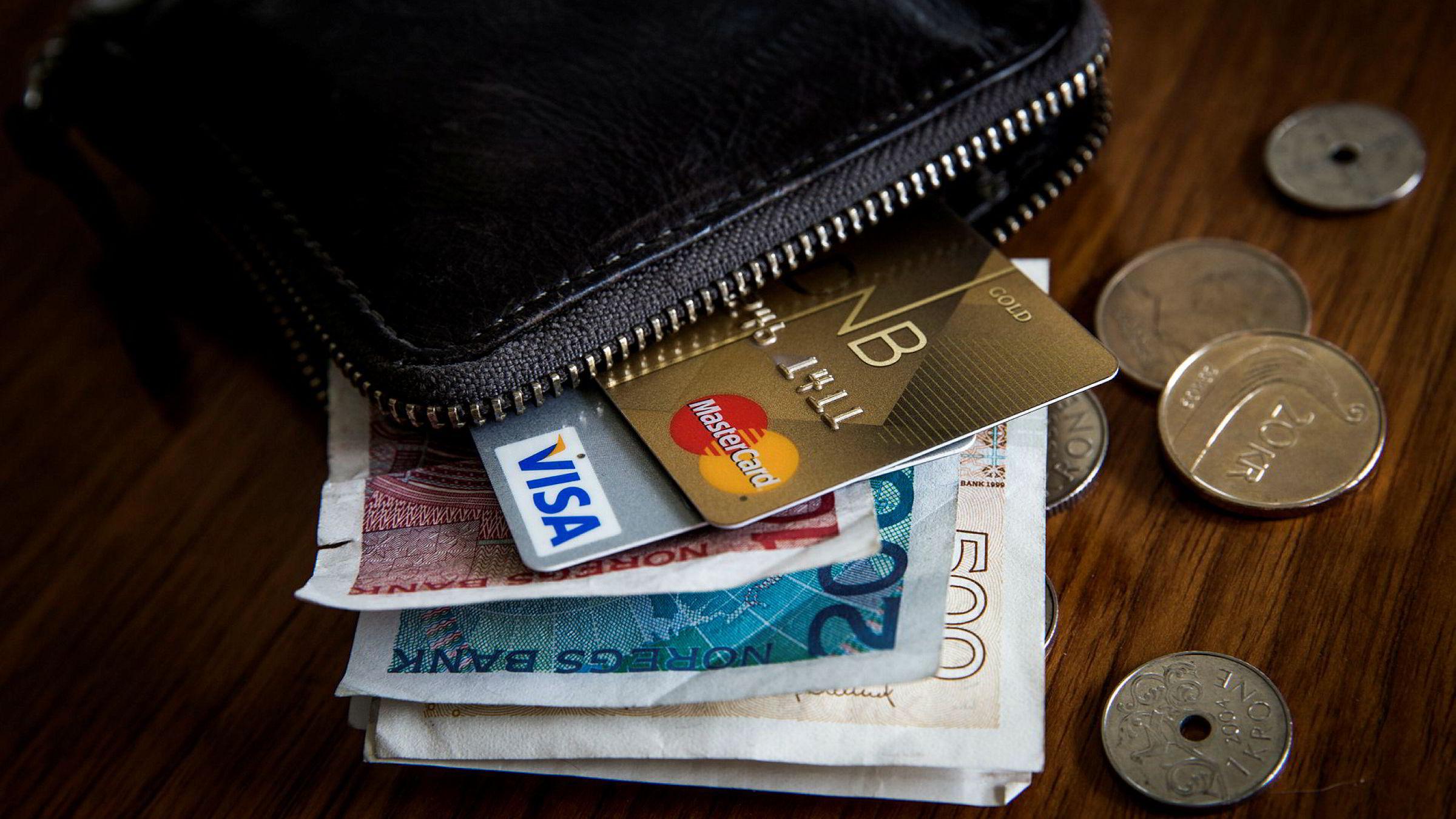 Det danske Se og Hør er i retten for å ha overvåket kjendisers kredittkortbruk.