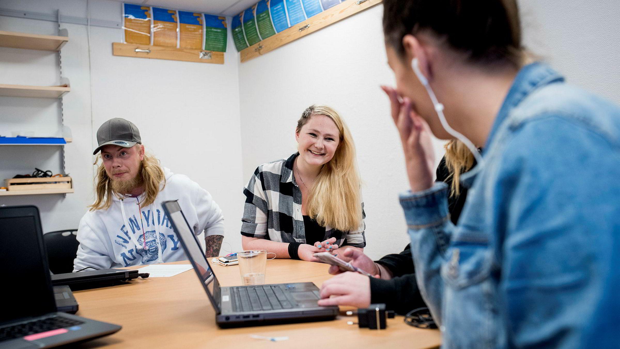 Aleksander Thoresen (22) (til venstre) og Kjersti-Elisabeth Blyverket (16) i klasserommet på Ung Invest i Drammen.