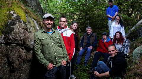 Program- og turleder Petter Nyquist (fra venstre) sammen med de andre deltagerne i «Petter Uteligger - fra gata til Nordkapp»; Kent, Liza, Arild, Lasse, Thomas, Lili, Siv og Lars.