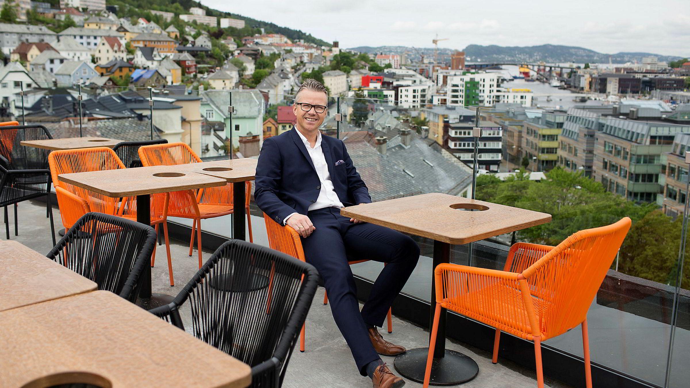 Tommy Hansen, direktør for Tom Rune Pedersens AB Eiendommer, på taket av nyåpnede Magic Hotel i Solheimsviken like utenfor Bergen sentrum.