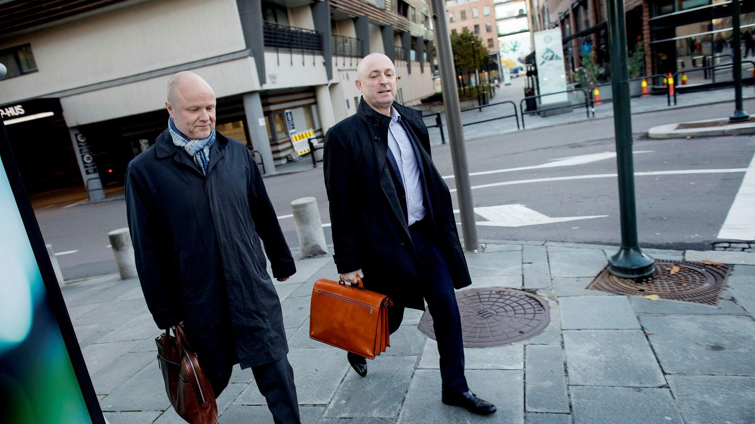 Finansdirektør Pål Svenkerud (til venstre) sier Bank Norwegian ikke har kontroll på hvor forbrukslån-annonsene havner. Her sammen med bankens sjef Erik Jensen.