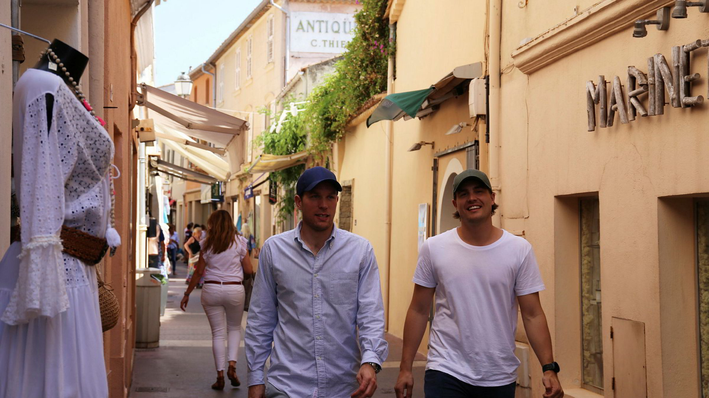 Capsgründerne Alexander (29) og Sebastian Salvesen Adams (34) bruker St Tropez som «laboratorium» i sommer for å finne ut hvilke land de skal satse videre i.