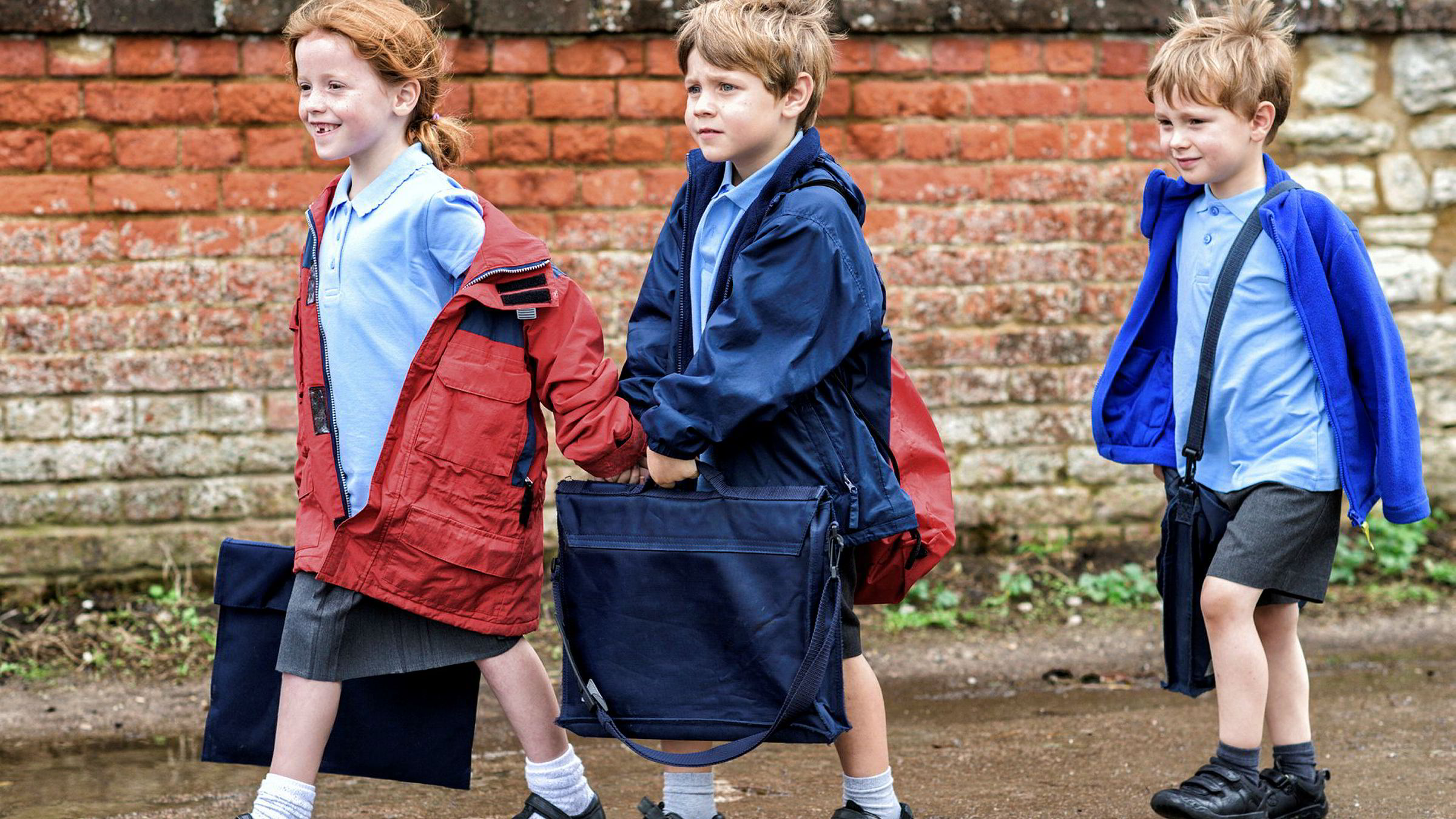 Britisk forskning viser at barn som startet skolen da de var fire og et halvt år istedenfor fem år, gjør det bedre på tester i språk og matematikk som syvåringer. Bildet viser engelske skolebarn.