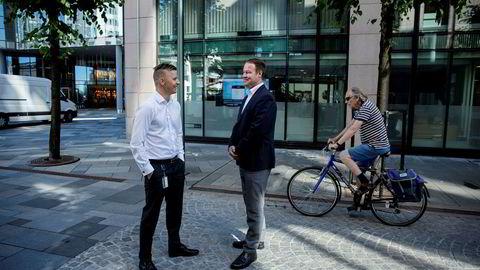 Danske Bank-sjef Trond F. Mellingsæter vil vokse like mye i boliglånsmarkedet selv om boligprisene i Oslo skulle falle inntil ti prosent. Her med kommunikasjonssjef Stian Arnesen ved hovedkontoret på Aker Brygge i Oslo.