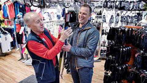 Odd Jensen (til venstre) i Milsluker'n på Ullevål har festet nye feller på skiene til Tom Stiansen. Milsluker'n er en stor forhandler som allerede selger mer enn de hadde forventet.