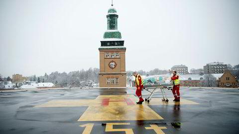 Lege Fridtjof Heyerdahl (til høyre) demonstrerer Epiguard på helikopterplassen til Ullevål sykehus sammen med Ronald Rolfsen fra ambulansetjenesten i Oslo.