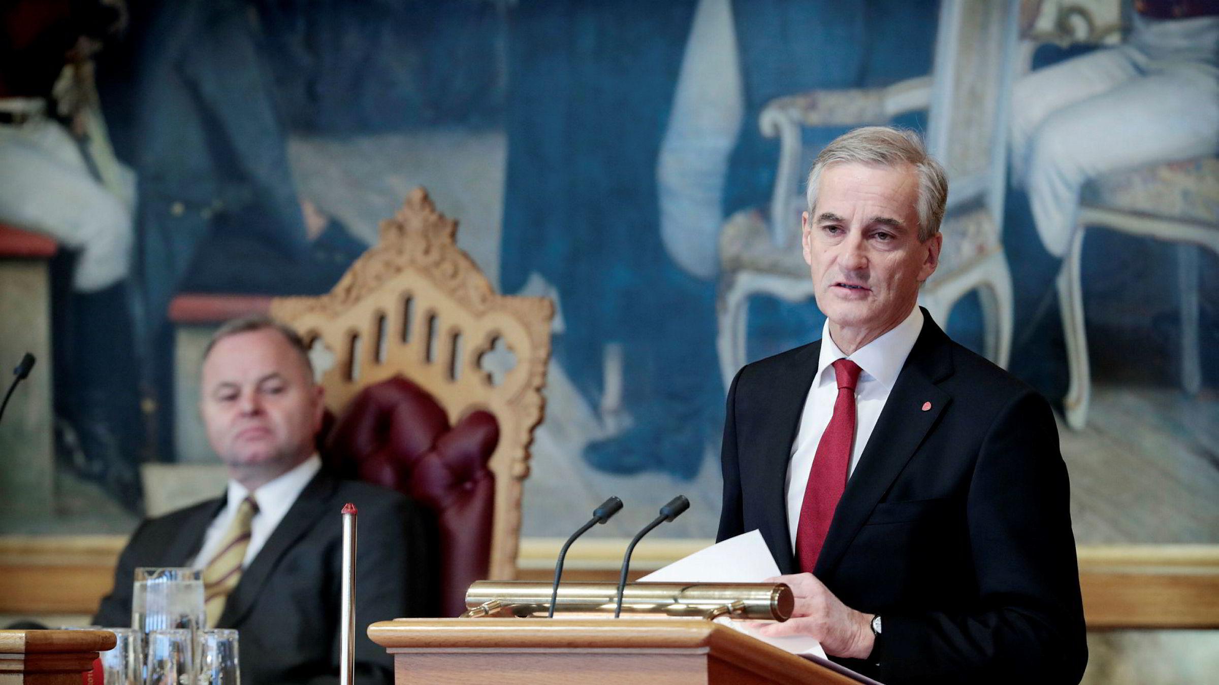 Ap-leder Jonas Gahr Støre ber stortingspresident Olemic Thommessen (bak) trekke seg. Bildet er fra 2017.
