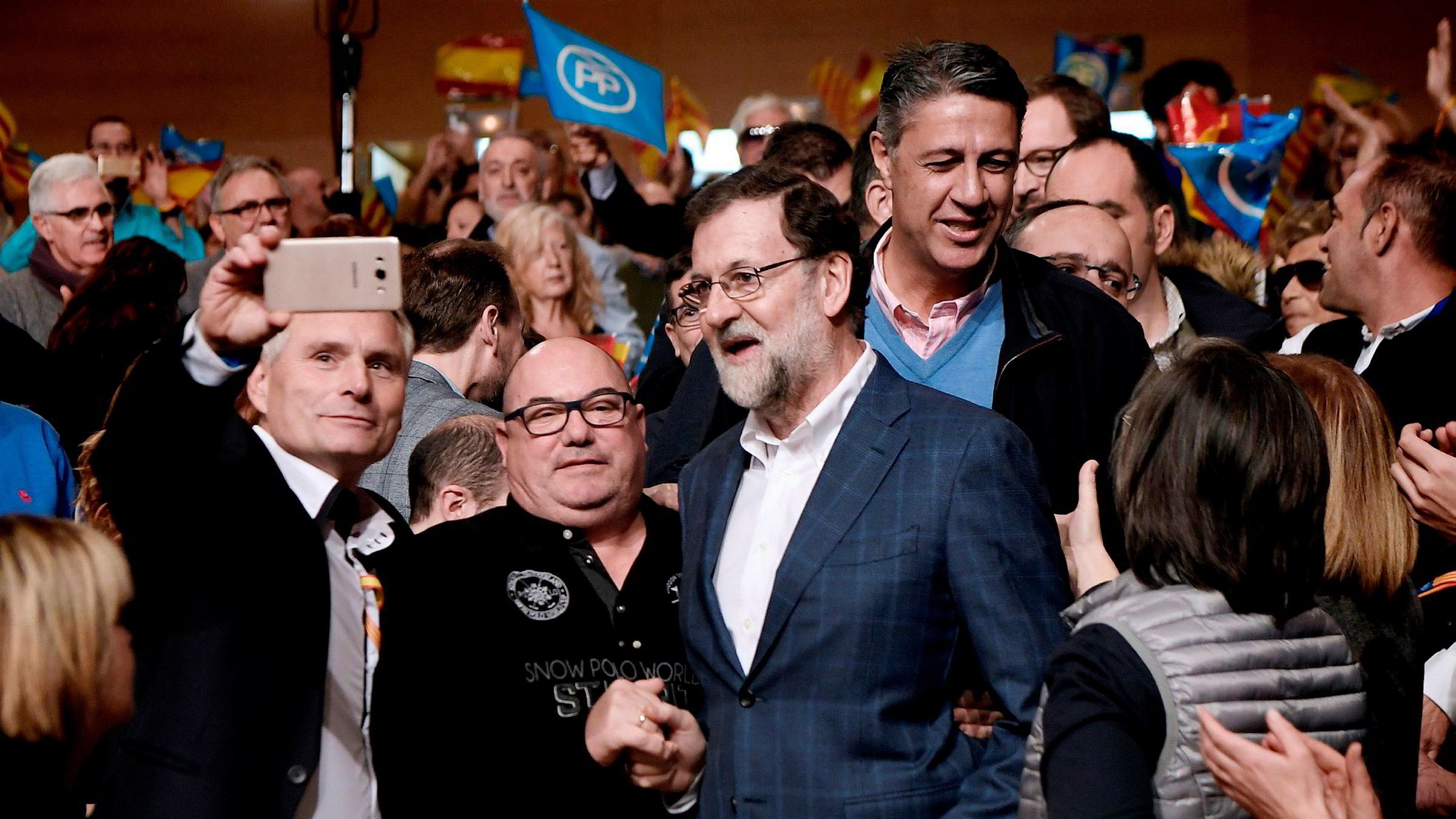 Lederen for det katalanske Folkepartiet (Partido Popular), Xavier Garcia Albiol (bak), ankommer et valgkamparrangement sammen med Spanias statsminister Mariano Rajoy (foran i midten). Torsdag avholdes regionalvalg i Catalonia.